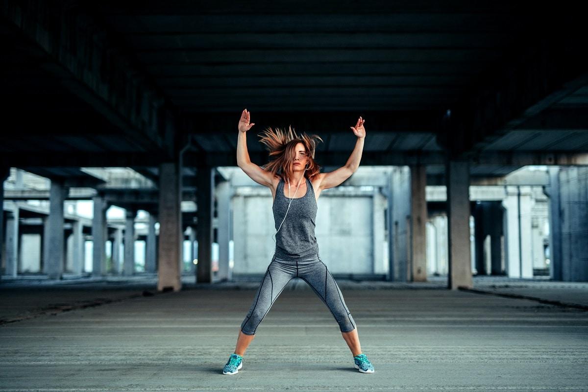 femme qui fait des jumping jack
