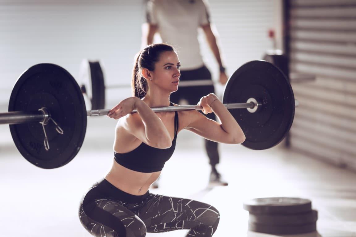 femme qui fait un front squat