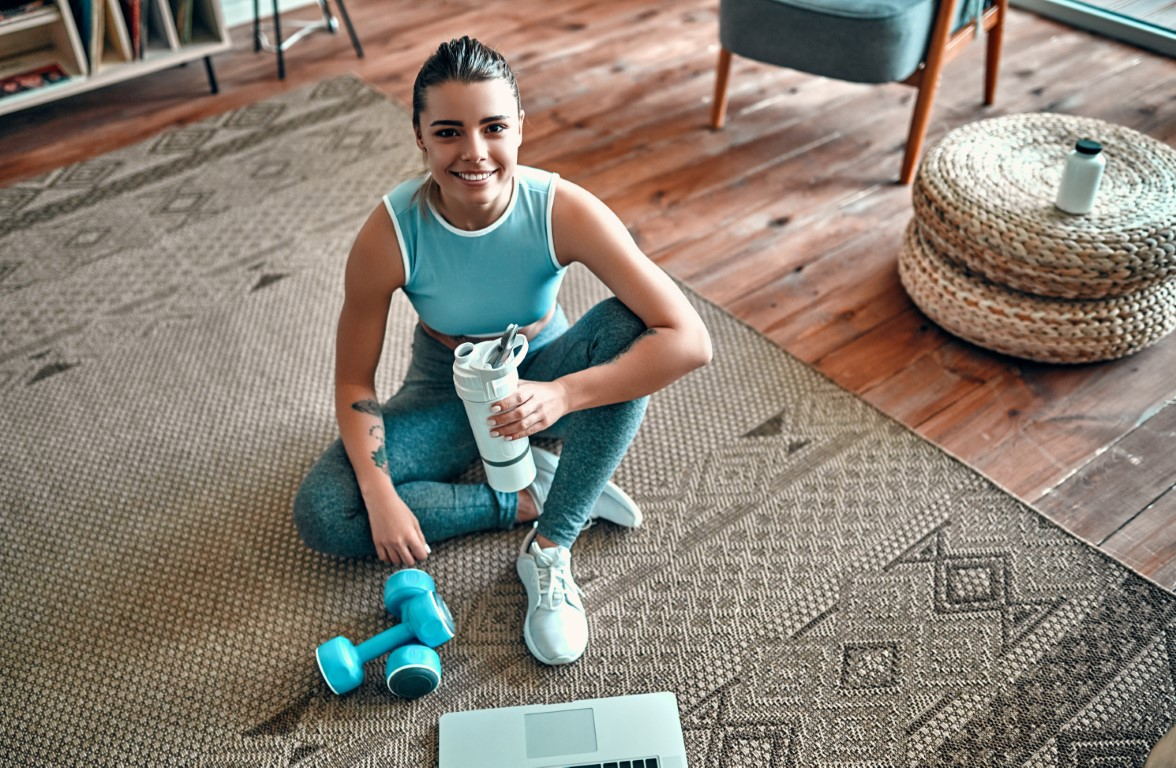 femme qui pratique la livre méthode Lafay à la maison