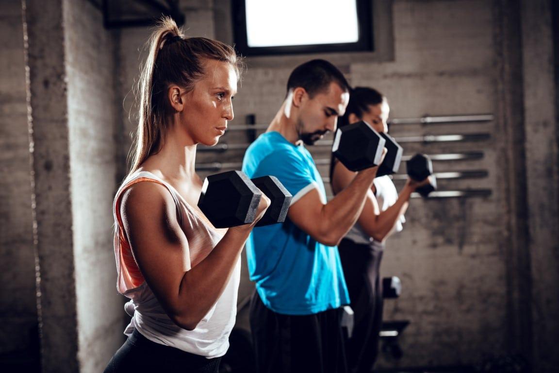 femme qui se muscle les biceps