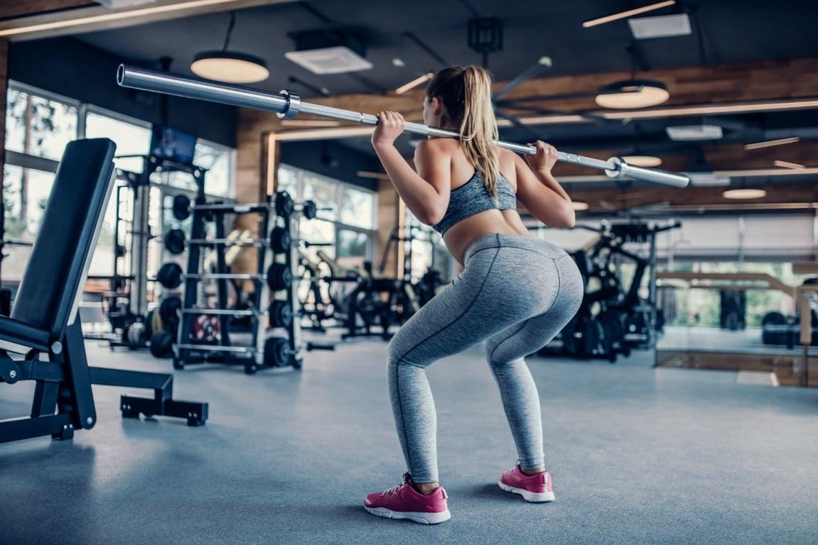 femme qui réalise un squat arrière
